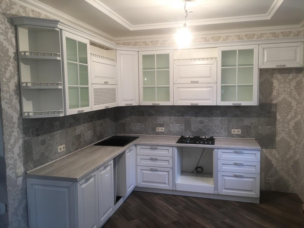 кухня в Гомеле белая, большая, с декоративными элементами